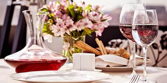 Gedeckter Tisch in edlem Hotelrestaurant