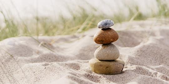 Steine stapeln sich am Ostseestrand