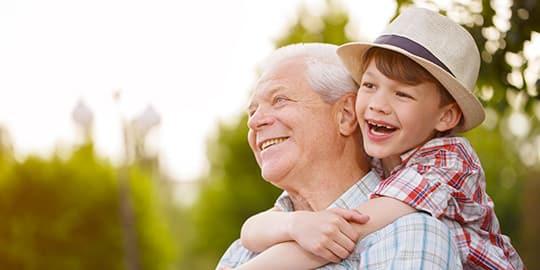 Opa und Enkel genießen die Feiertage