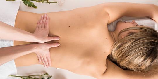Frau lässt sich im Hotel den Rücken massieren