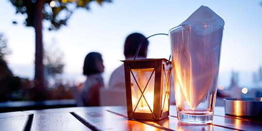 Tischlaterne bei romantischem Sonnenuntergang