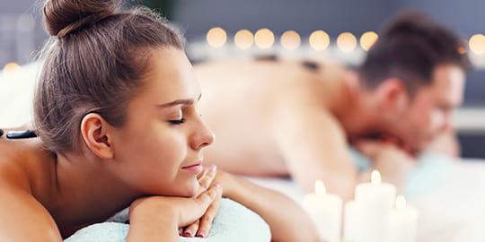 Pärchen genießt gemeinsame Massage