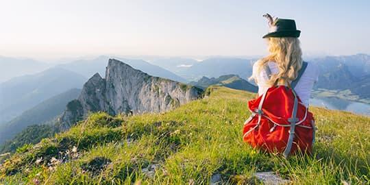 Frau genießt Aussicht in günstigem Urlaub