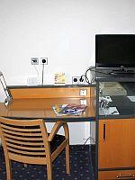 Schreibtisch mit TV